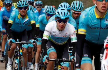 Miguel Ángel López liderando al equipo Astana.