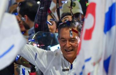 Laurentino Coritzo celebra tras conocerse los resultados de las elecciones de este domingo en Panamá.