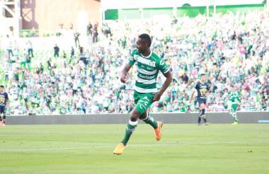 Moreno anota el cuarto gol de Santos Laguna.