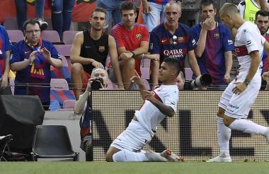 El 'Cucho' celebrando su gol ante el Barcelona en el Camp Nou.