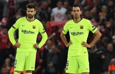 Sergio Busquets, impotente, viendo la remontada del Liverpool, junto a Piqué.