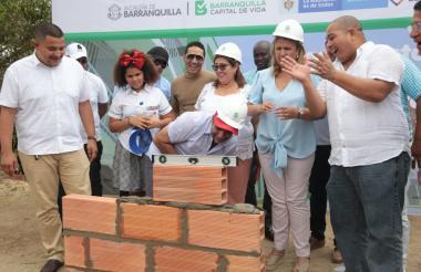 El alcalde Char pega uno de los bloques de la construcción. Lo observan Inmaculada de Hernández, Bibiana Rincón, el concejal Juan Carlos Ospino y funcionarios del Ministerio de Educación
