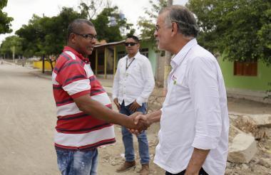 El gobernador con uno de los pobladores.