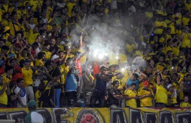 Hinchas de la Selección Colombia en una tribuna.