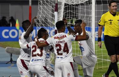 Álex Castro celebra con sus compañeros de equipo el gol que selló la victoria.