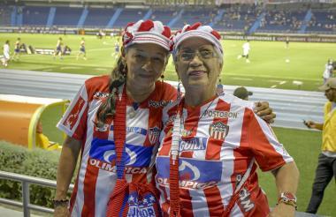 Doris Ester Artunduaga de Silvera junto a su inseparable amiga Hilda Rodríguez en el estadio Metropolitano.