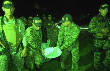 El Gaula carga el cuerpo de Camilo Cienfuegos.