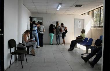 Ciudadanos esperan su turno en la Inspección número 9 de Barranquilla, una de las 24 que hay en la capital del Atlántico.