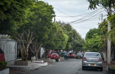 Las calles del barrio El Castillo son angostas, llenas de árboles y de vehículos parqueados frente a las casas rodeadas de rejas.