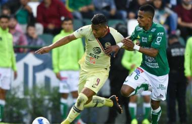 Duelo de costeño en la semifinal de la liga mexicana. En el campo se encuentran los jugadores Roger Martínez y William Tesillo.