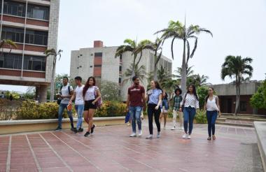Estudiantes caminan al interior de la Uniatlántico.