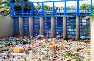 Las primeras lluvias dejan en evidencia una problemática cultural  que sigue creciendo. Estos residuos son retirados manualmente y son llevados a un relleno sanitario.