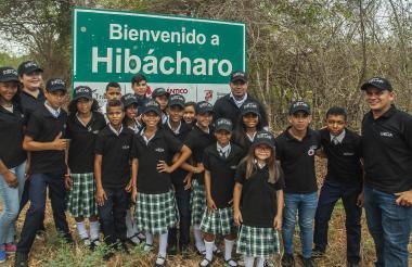 Estudiantes del grupo de ciencia Ícaro, junto a sus docentes, en la entrada al corregimiento.