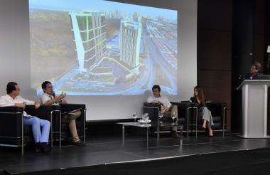 Roberto Saieh, Miguel Vergara, Juan Esteban Pérez y Adriana Plata en la charla sobre el mercado inmobiliario en el Puerta de Oro. Roberto Duarte moderador (de pie).