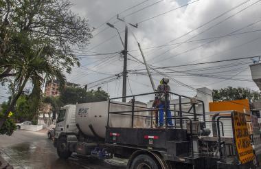 Técnicos de Electricaribe lavan las redes de energía en el barrio Paraíso.
