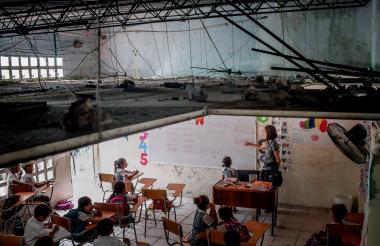 En la fotografía se observa el estado del techo de uno de los salones de clases de estudiantes de primaria.