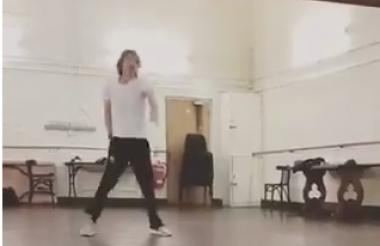 Mick Jagger bailando frente a un espejo.