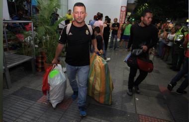 Los exmilitares venezolanos sacando sus pertenencias del hotel.