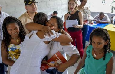 Marisol Padilla recibe las llaves de su casa. La abraza la alcaldesa de Ponedera, Vanessa Bolívar.