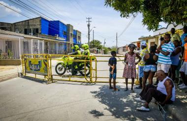 En Nueva Colombia los vecinos cerraron la calle con vallas en señal de protesta.
