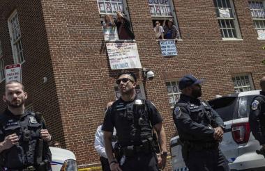 Policía estadounidense afuera de la embajada venezolana en EEUU.