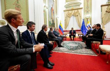 Nicolás Maduro en el palacio presidencial con la misión política del grupo internacional.