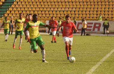 Bocanegra, delantero del Barranquilla, con el balón