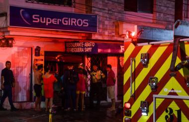 Los bomberos atendieron el incendio que se registró en el local de SuperGiros, ubicado en la calle 51 con carrera 38, barrio Recreo.