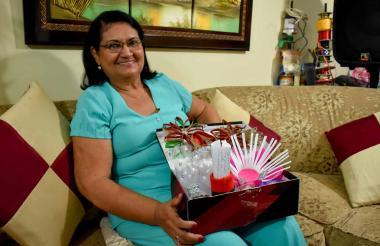 Alba Daza de Tovar sostiene su caja con adornos hechos con objetos reciclados.