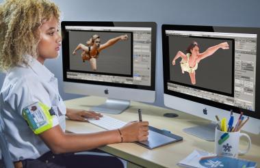 Una estudiante realiza un trabajo de multimedia.