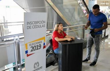 Un ciudadano inscribe su cédula en un centro comercial de Barranquilla.