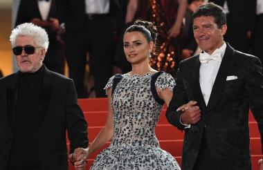 Pedro Almodóvar, junto a los protagonistas del filme, Penélope Cruz y Antonio Banderas.
