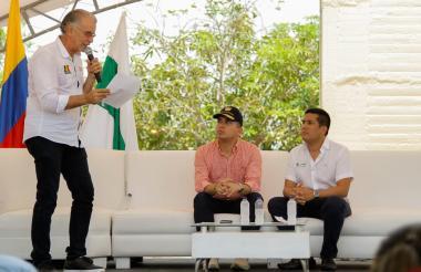 El gobernador Eduardo Verano, acompañado por el ministro de Vivienda, Ciudad y Territorio, Jonathan Malagón; y el alcalde Carlos Alberto Silvera.