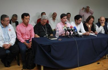 Algunos de los congresistas de la oposición que reaccionaron ante la recaptura de 'Jesús Santrich'.