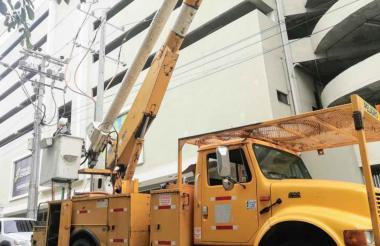 Una cuadrilla de Electricaribe repara uno de los daños registrados en el barrio Villa Country.