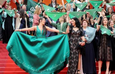 Activistas argentinas a favor de la legalización del aborto en Cannes.