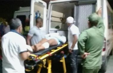 Uno de los heridos durante el traslado al hospital.