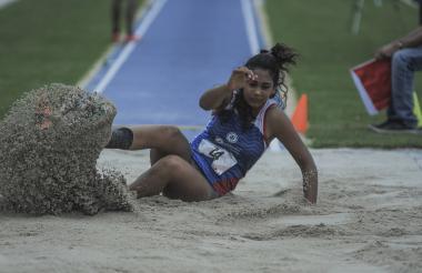 Valentina Barrios compitiendo en el salto largo.