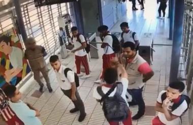Momento de la agresión entre estudiantes y  un guía del sistema de transporte masivo.