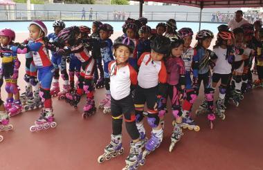 Los pequeños niños patinadores ordenados antes de salir a la pista del patinódromo Alex Cujavante.