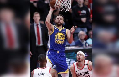 Curry logra una cesta en el partido ante Portland.
