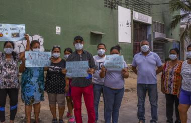 Los vecinos del barrio La Unión durante una protesta realizada frente a la fábrica de velas.