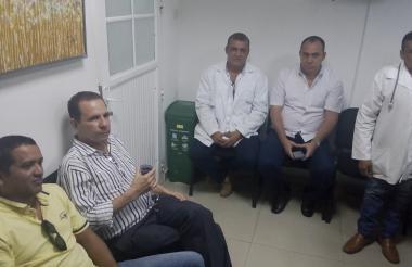 Reunión de los médicos con el gerente Armando Almeira, en la que el hospital acordó cumplir con los pagos.