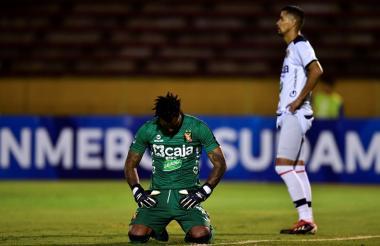 Carlos Cáceda, arquero de la Universidad Católica de Ecuador, refleja su tristeza por la goleada.