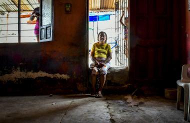 Martha Acuña se sienta todas las mañanas en el bordillo de su casa, junto al andén de la calle.