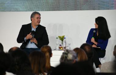 Iván Duque y la periodista Claudia Palacios en el Bussines Future of Americas .