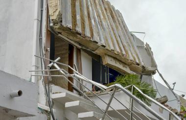 Parte de techo de la vivienda se desplomó.