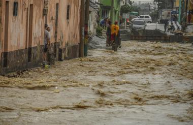 La mujer logró ser rescatada por residentes de la zona y murió en el Hospital General de Barranquilla minutos después. Aún no ha sido identificada.