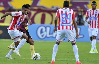 Luis Díaz controla presionado por la marca de un rival.