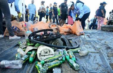 Botellas de plásticos halladas entre el río y el mar.